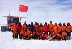 """经过20天跋涉中国南极考察队登上南极""""冰盖之巅"""""""